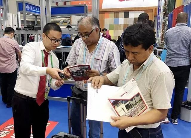 国际市场部的小哥哥们向客户详细的介绍红门产品.jpg