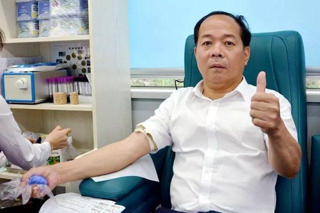 魏承榜副总裁和涂选明副总裁献血1.jpg