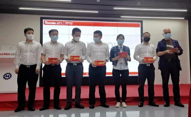何菲总裁为获奖小组颁奖.jpg